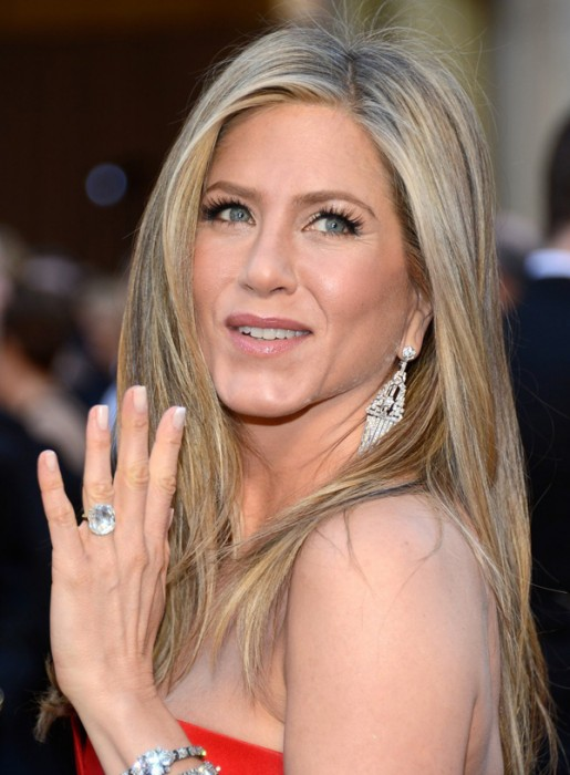 Jennifer Aniston at the 2013 Oscar Red Carpet (image source: Celebfa.com)