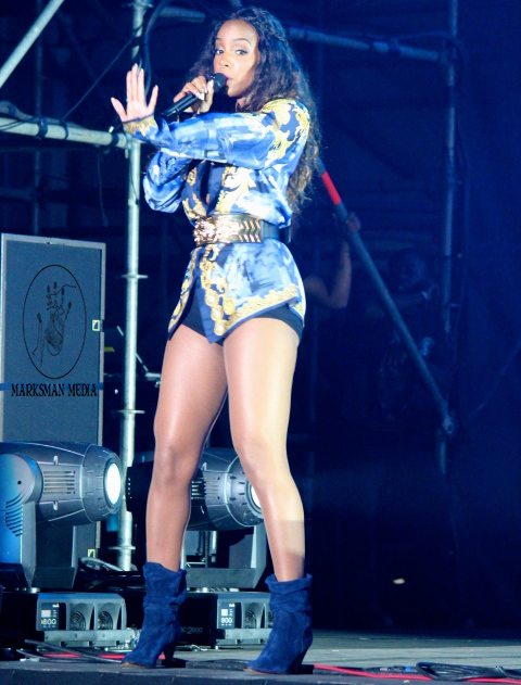 Global Street Style: Kelly Rowland at Jazz In The Gardens, Miami Florida
